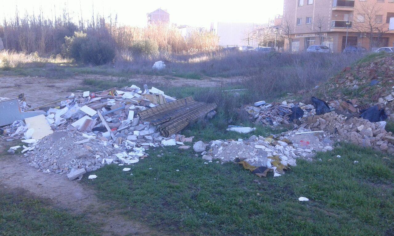 Denunciamos la existencia de un vertedero ilegal en el casco urbano de Fraga